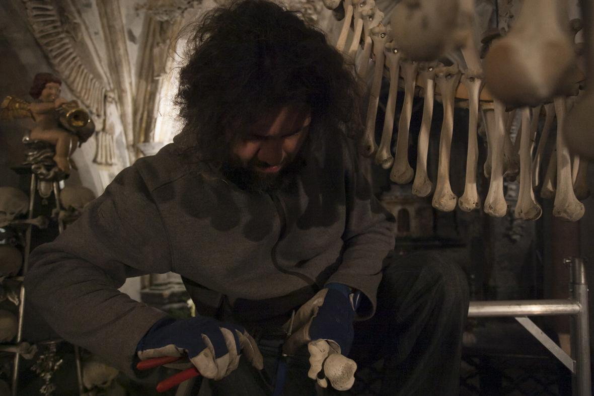 Lustr jako anatomická pomůcka: Je ze všech kostí lidského těla