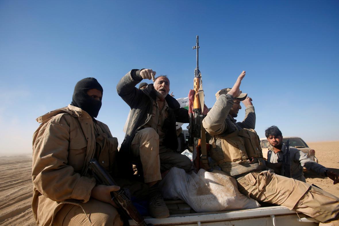 Šíitští bojovníci západně od Mosulu