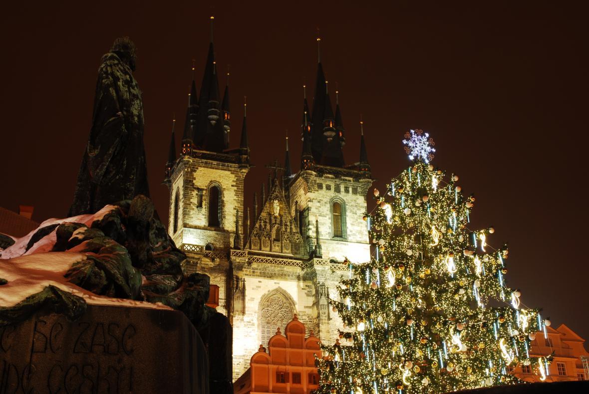 Vánoční chlouba Prahy: Porovnejte stromy na Staroměstském náměstí od roku 2010