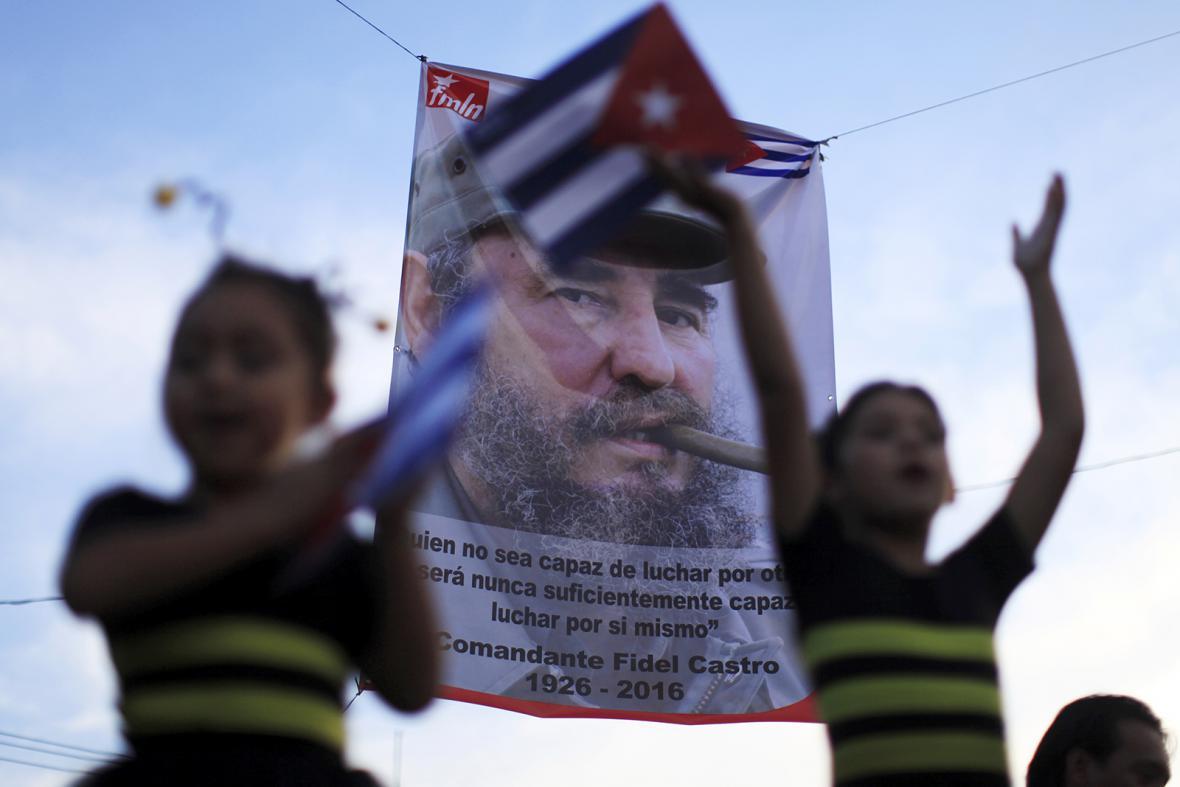 Po smrti Fidela Castra vyhlásily kubánské úřady devět dní smutku a na budovu Národní knihovny v Havaně vyvěsily monumentální fotografie bývalého prezidenta jako mladého revolucionáře.
