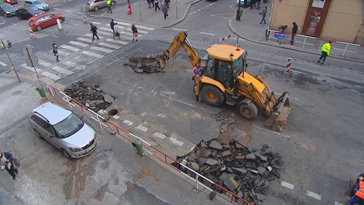 Prasklé potrubí v Sokolské ulici