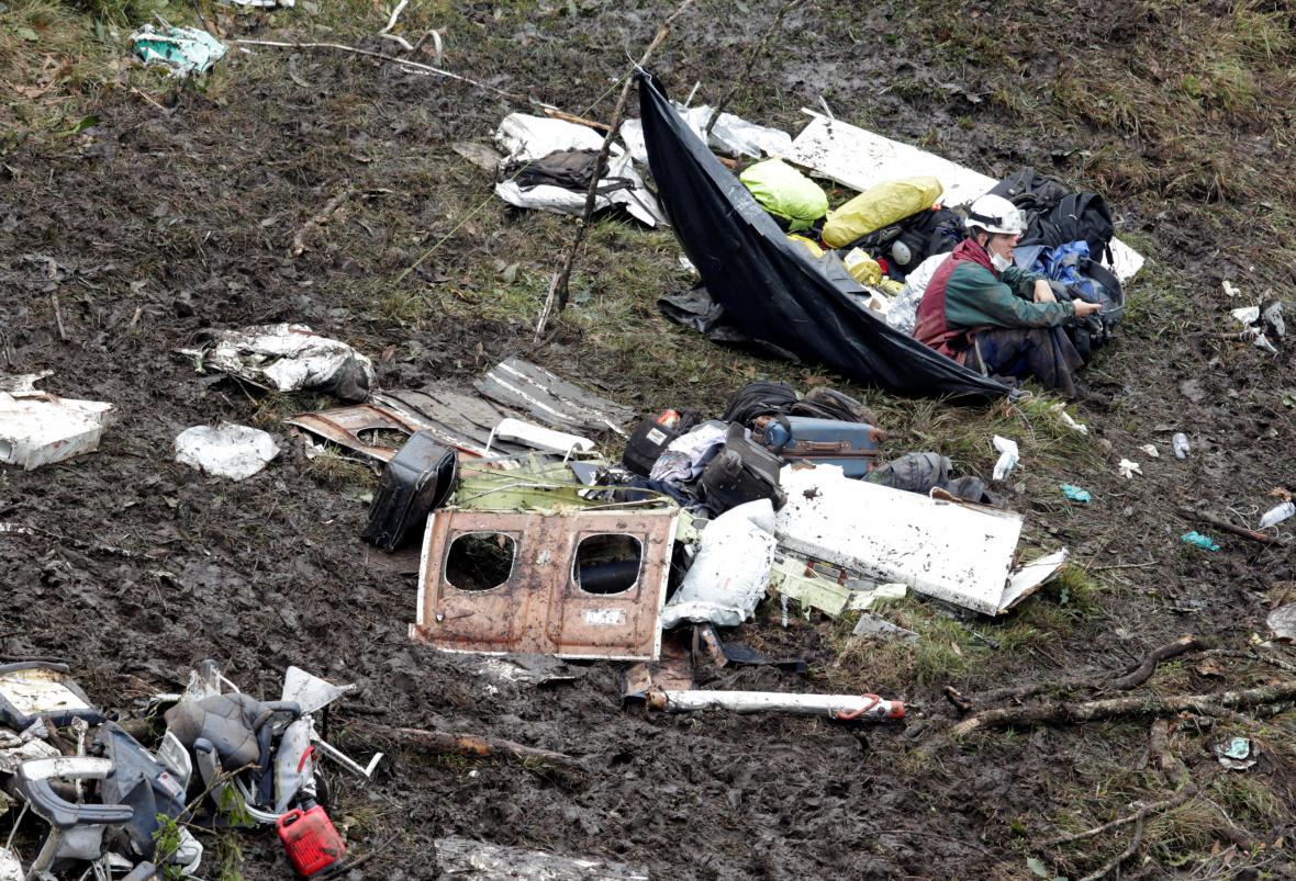 Záchranář na místě nehody letadla s brazilskými fotbalisty