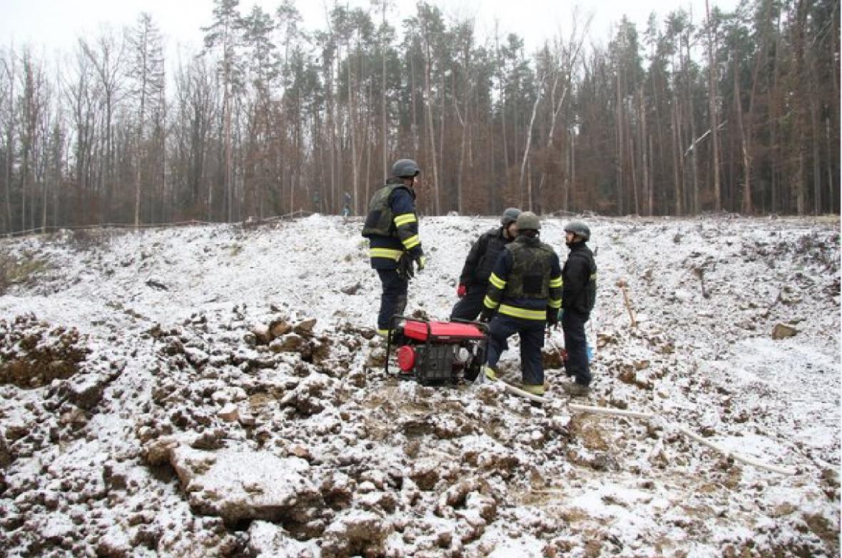 Mrazivé počasí pyrotechnikům ve Vrběticích práci nekomplikuje