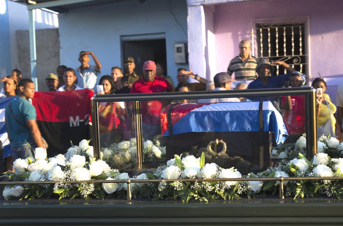 Urna Fidela Castra zamířila na hřbitov Svaté Ifigenie ve východokubánském Santiagu