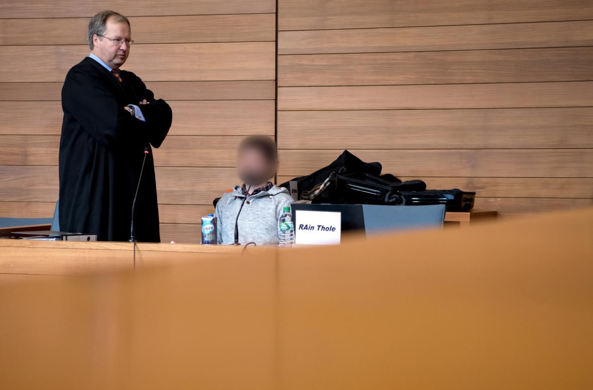 Odsouzený výpravčí Michael P. se svým obhájcem Thilo Pfordtem