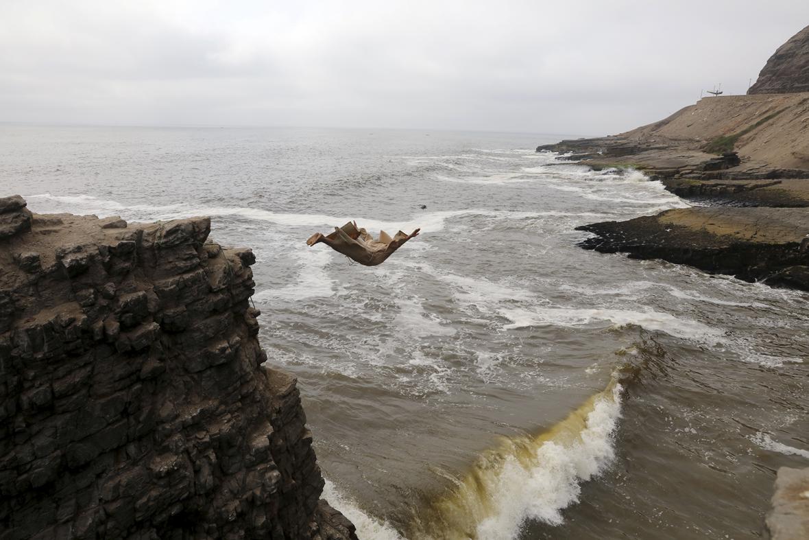 Týden obrazem: Advent ve světě a skok mnicha z útesu
