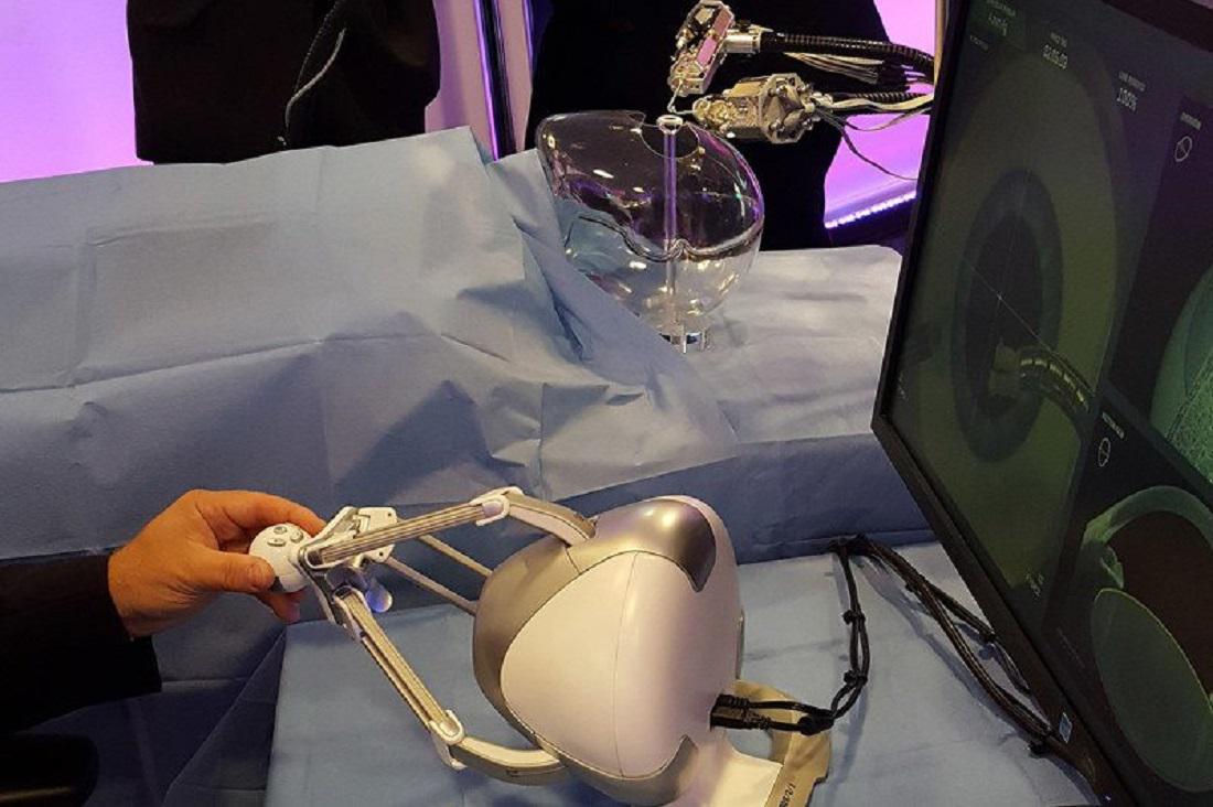 Operace oka robotem