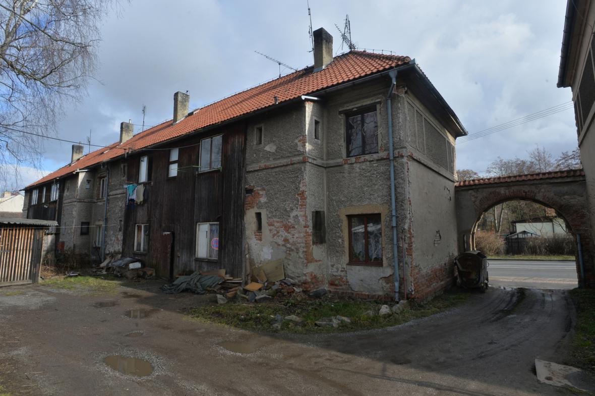 Zchátralé domy v ulici Březnická v Příbrami