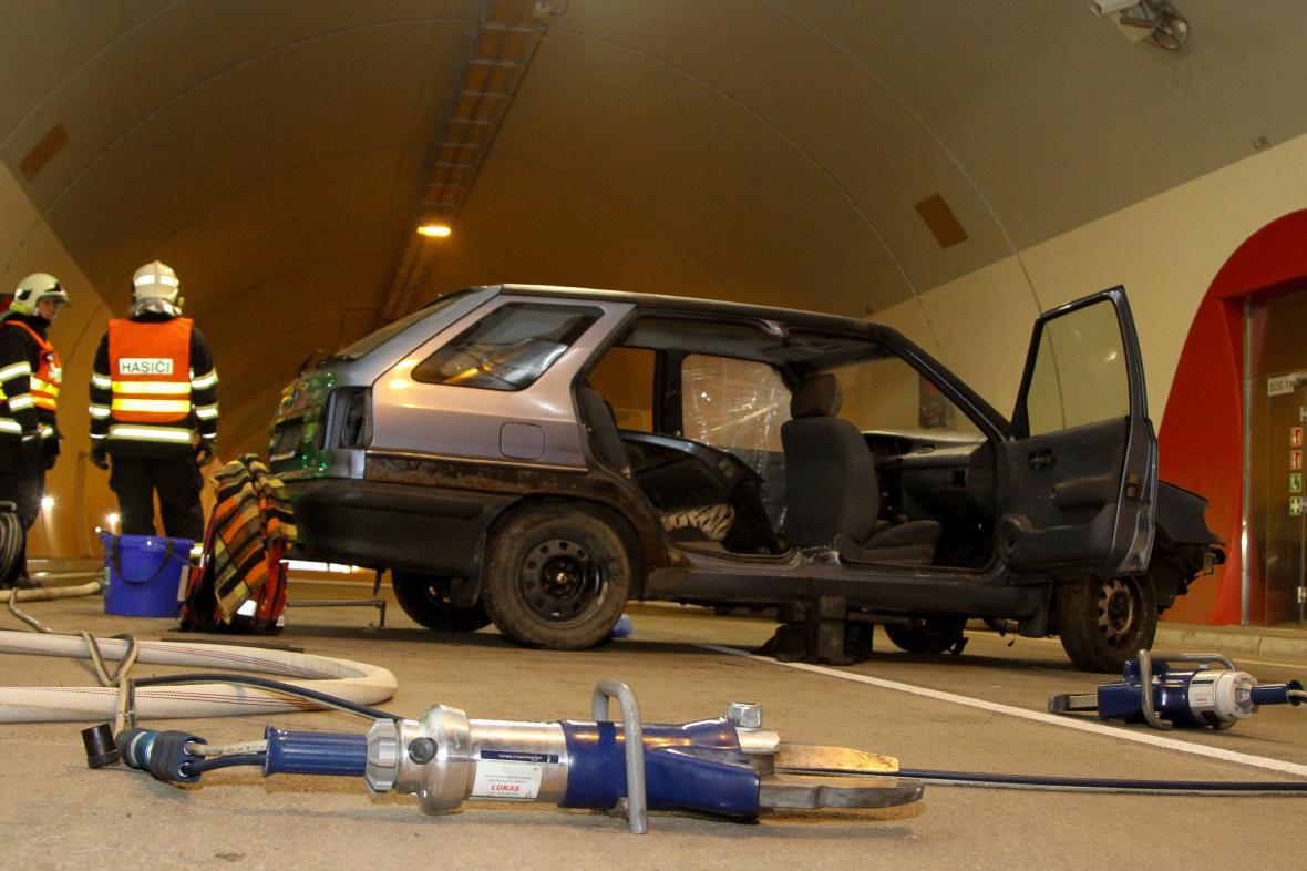 Záchranné složky si potřebovali natrénovat zásah v tunelu na D8