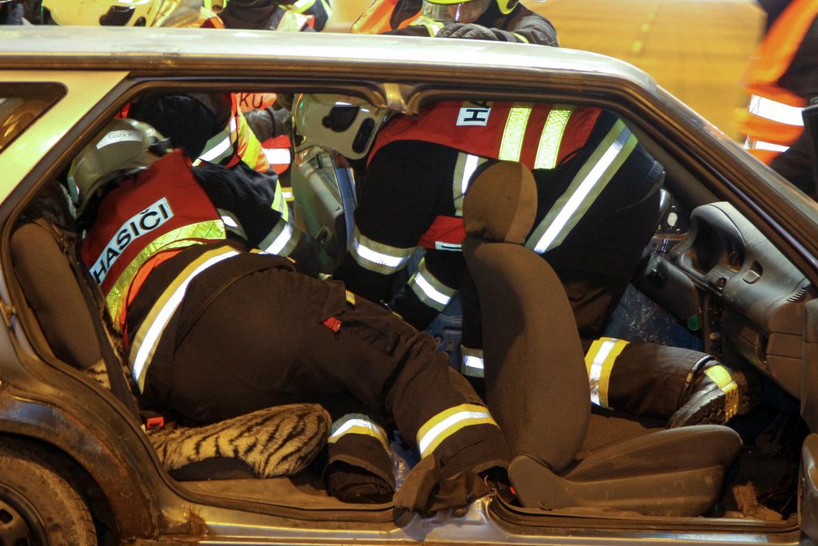 Hasiči a záchranáři trénovali vyprošťování obětí nehody