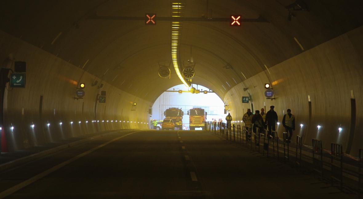 Hasiči a záchranáři trénovali v tunelu D8