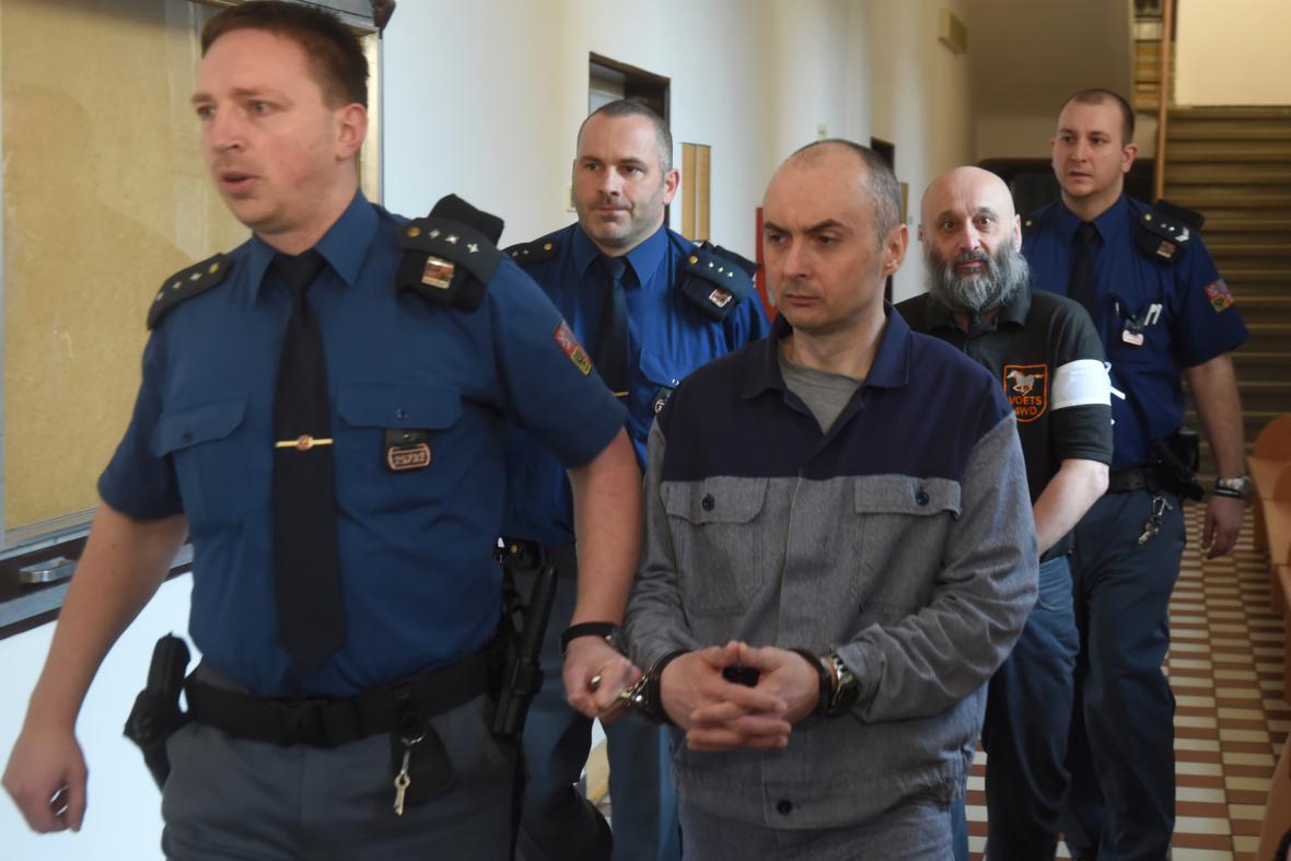 Dva z odsouzených Roman Bedřich Kaněk (uprostřed) a Miloslav Doležel (druhý zprava).