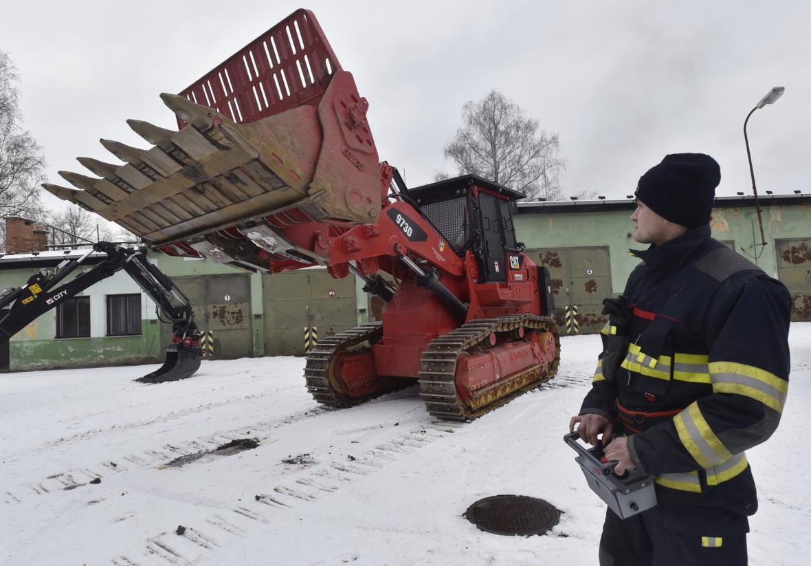 Traktor s bagrem na dálkové ovládání pomáhá ve Vrběticích