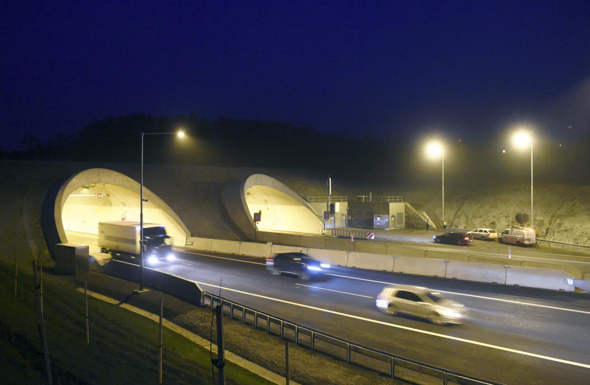 Poslední úsek dálnice D8 Lovosice - Řehlovice se 17. prosince v podvečer otevřel pro běžnou dopravu. Na snímku jsou tunely u Radejčína.