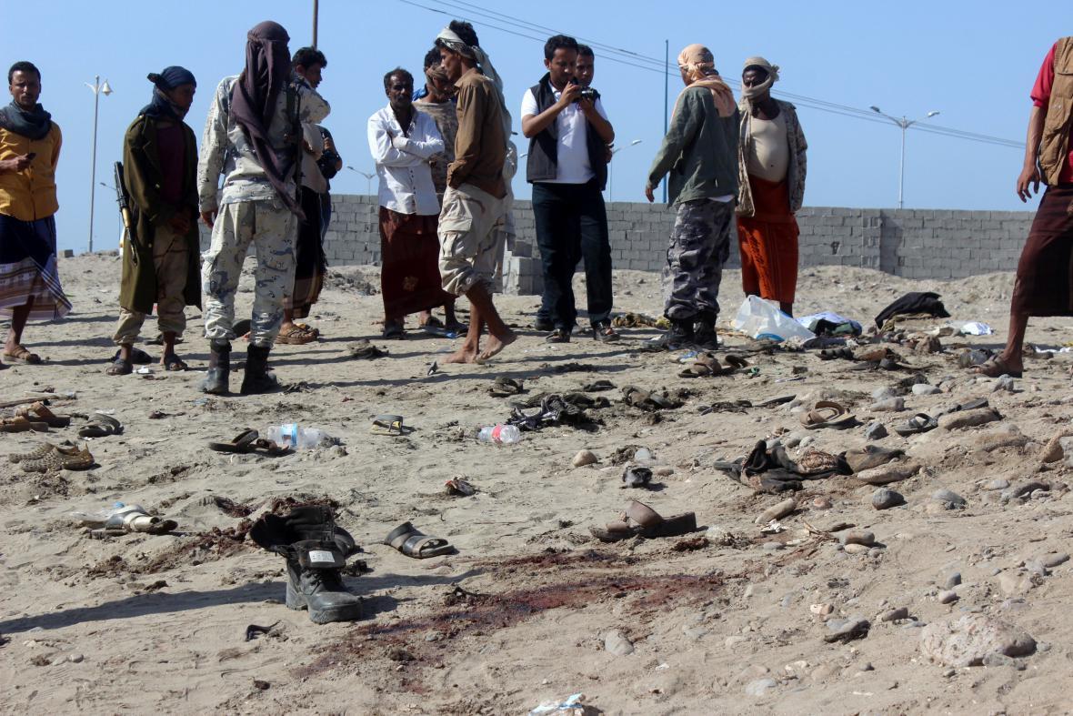 Lidé se shromažďují na místě útoku v Adenu