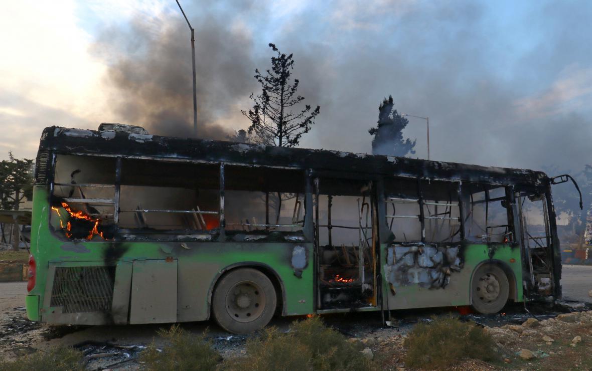 Ozbrojenci zaútočili v Sýrii na evakuační autobusy, které převážely nemocné a zraněné