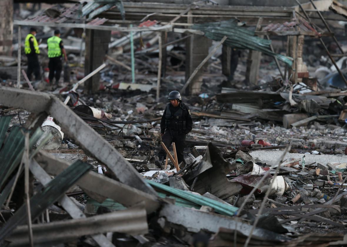 Zbytky domů po výbuchu na tržnici v mexickém hlavním městě