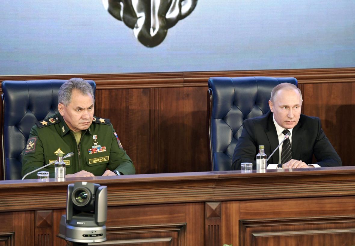 Ruský ministr obrany Sergej Šojgu a prezident Vladimir Putin