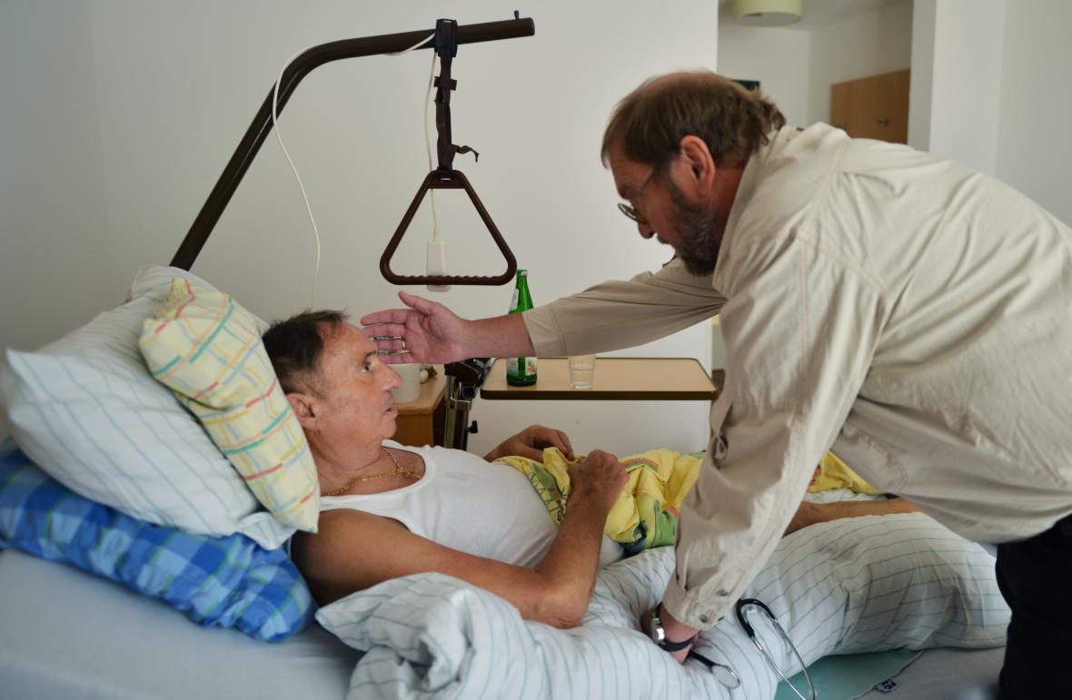 Mobilní hospic poskytuje péči lékaře, psychologa i duchovního