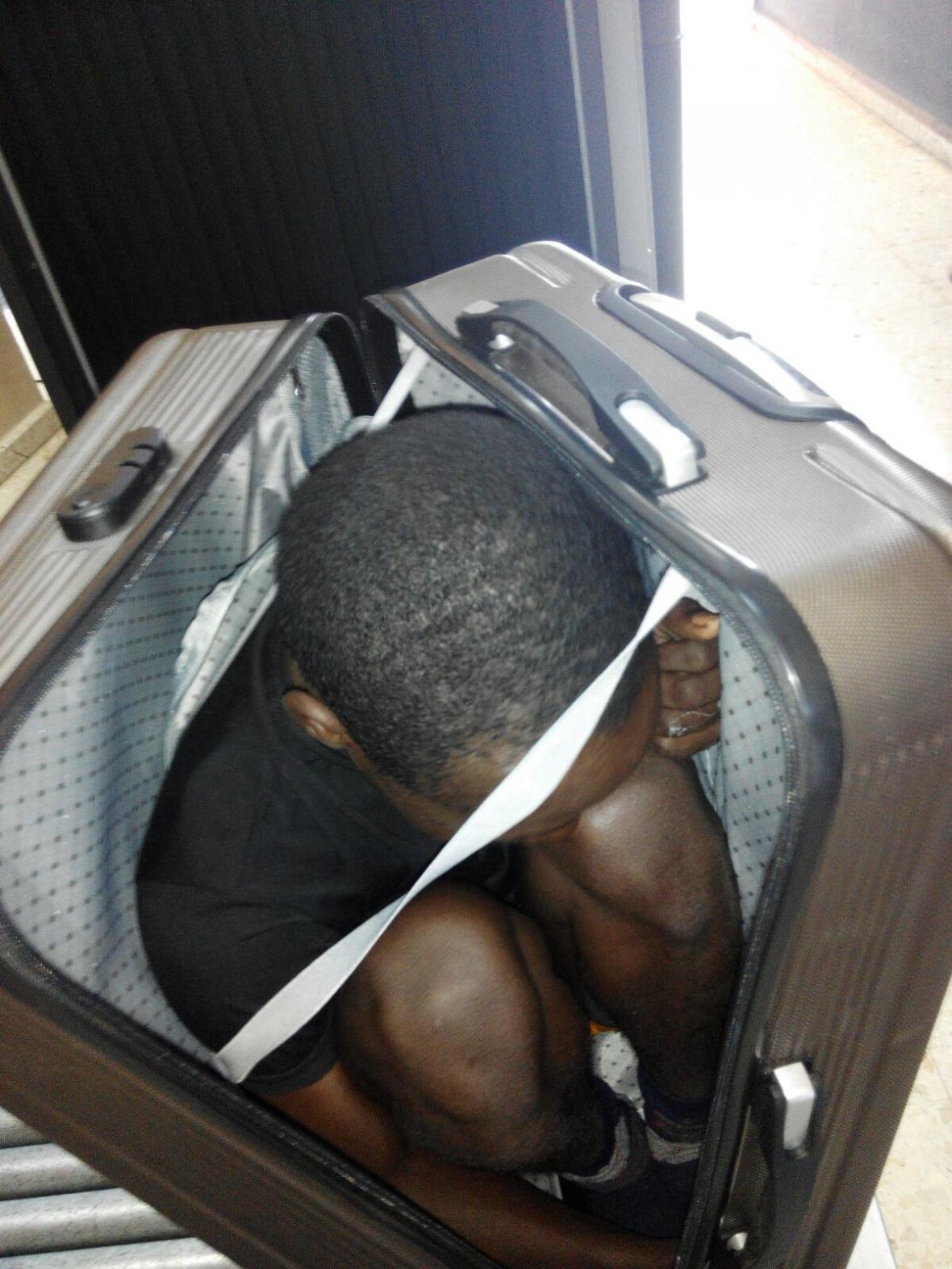 Mladý migrant z Gabonu, který se snažil dostat do Ceuty v kufru