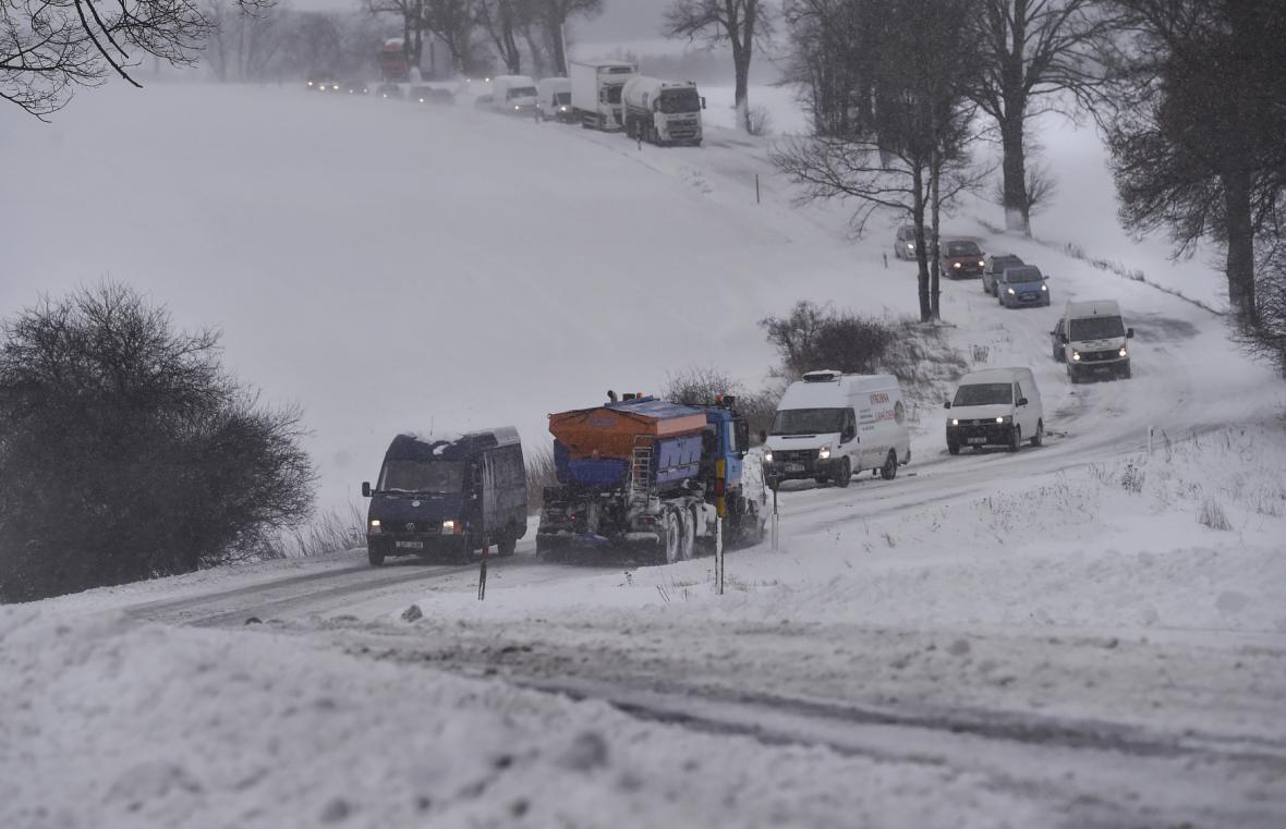 Sněžení a silný vítr komplikovaly dopravu na Vysočině