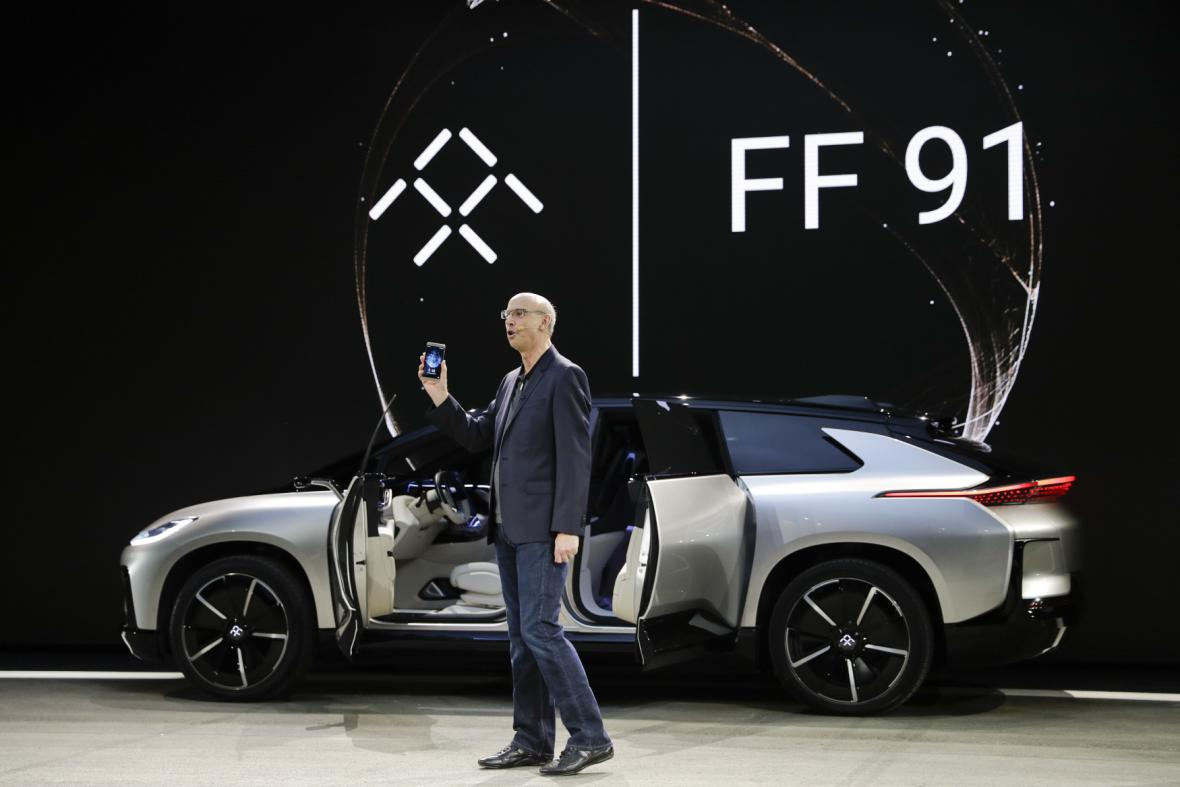 Viceprezident čínské automobilky Faraday Future Nick Sampson představuje luxusní elektromobil FF 91.