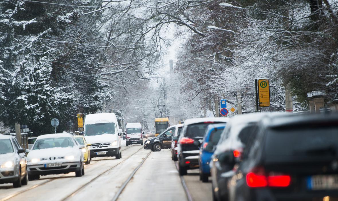Kolona na zasněžené silnici v Drážďanech