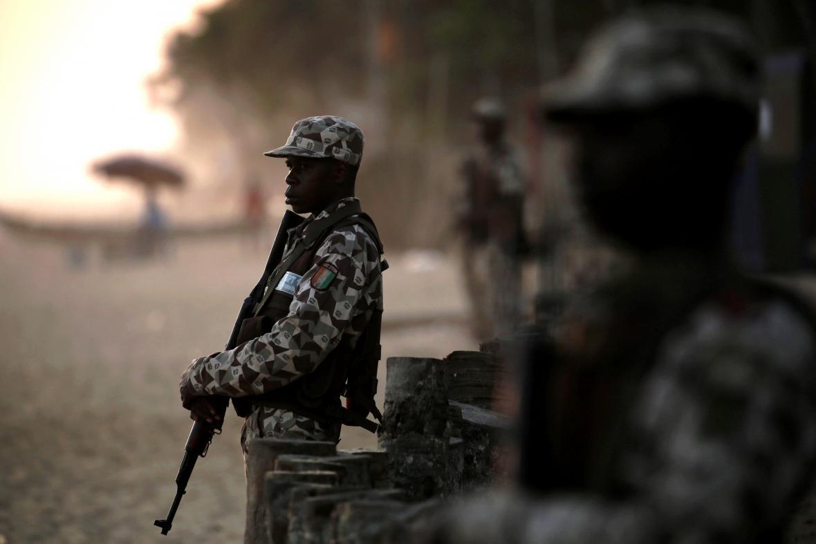Voják z Pobřeží slonoviny střeží jedno ze stanovišť