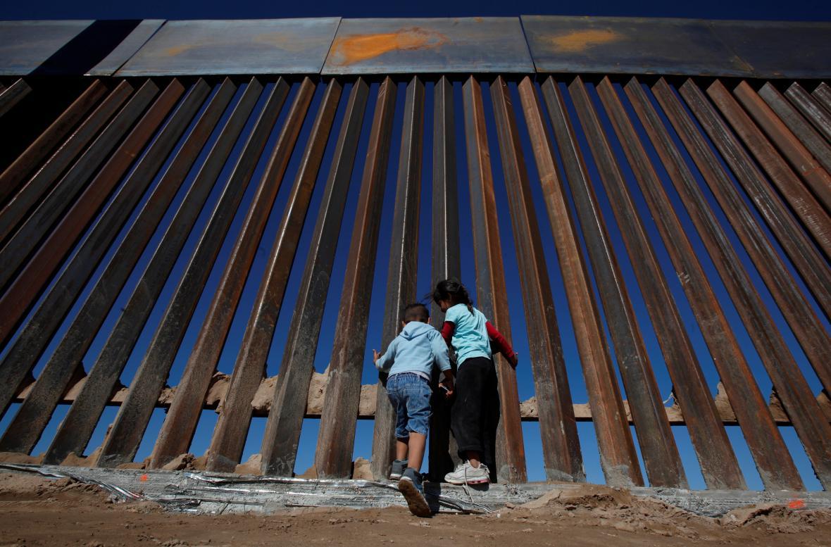 Mexické děti u již existujícího úseku plotu z 90. let