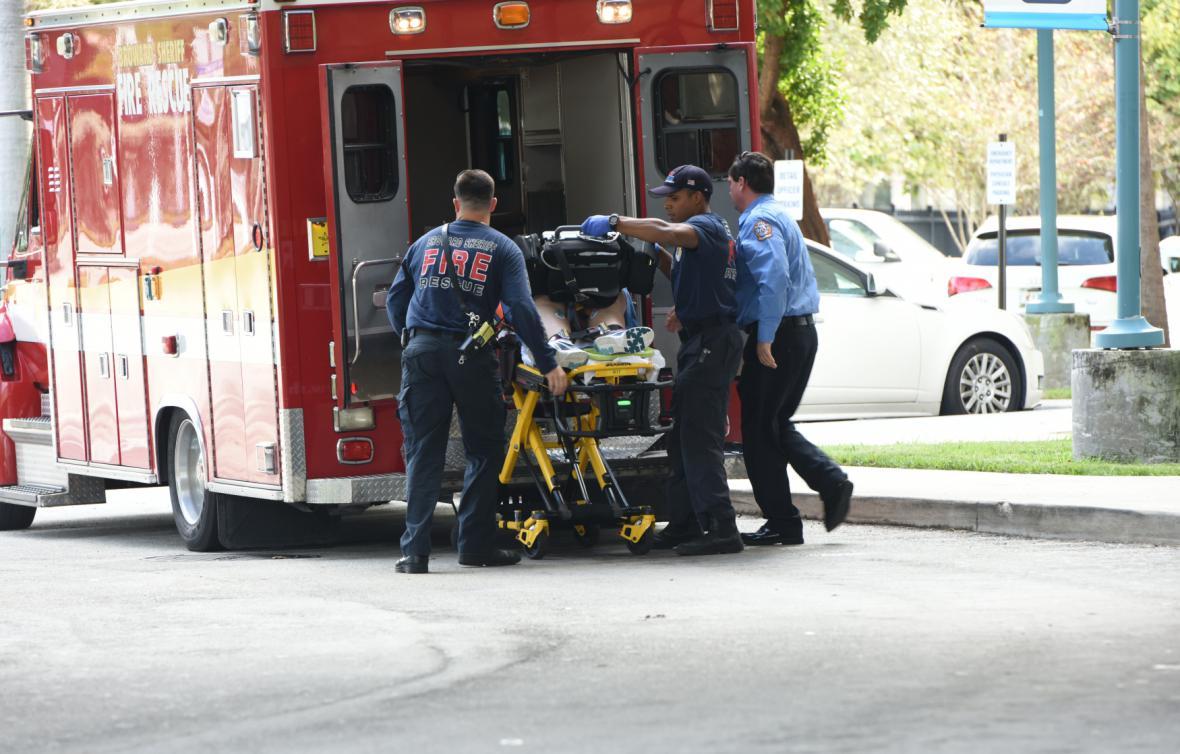 Záchranáři na místě střelby na floridském letišti