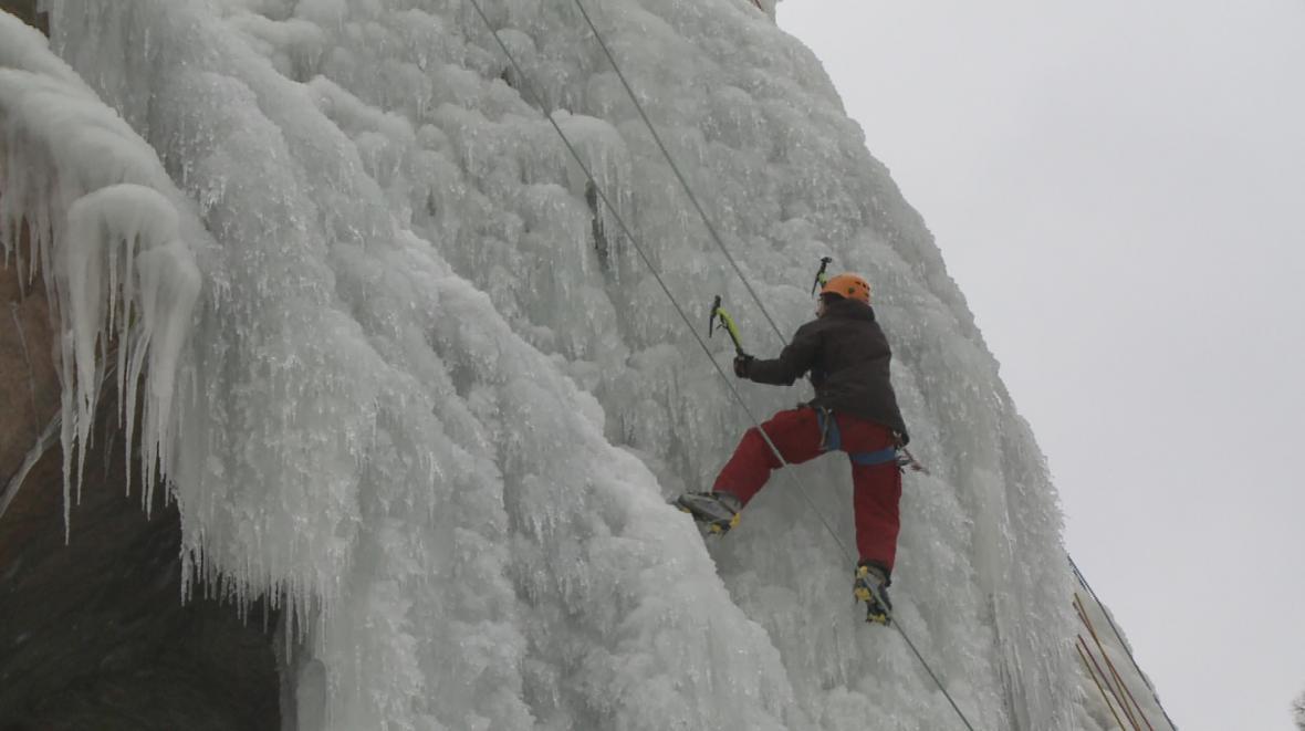 Lezci na umělé ledové stěně ve Víru