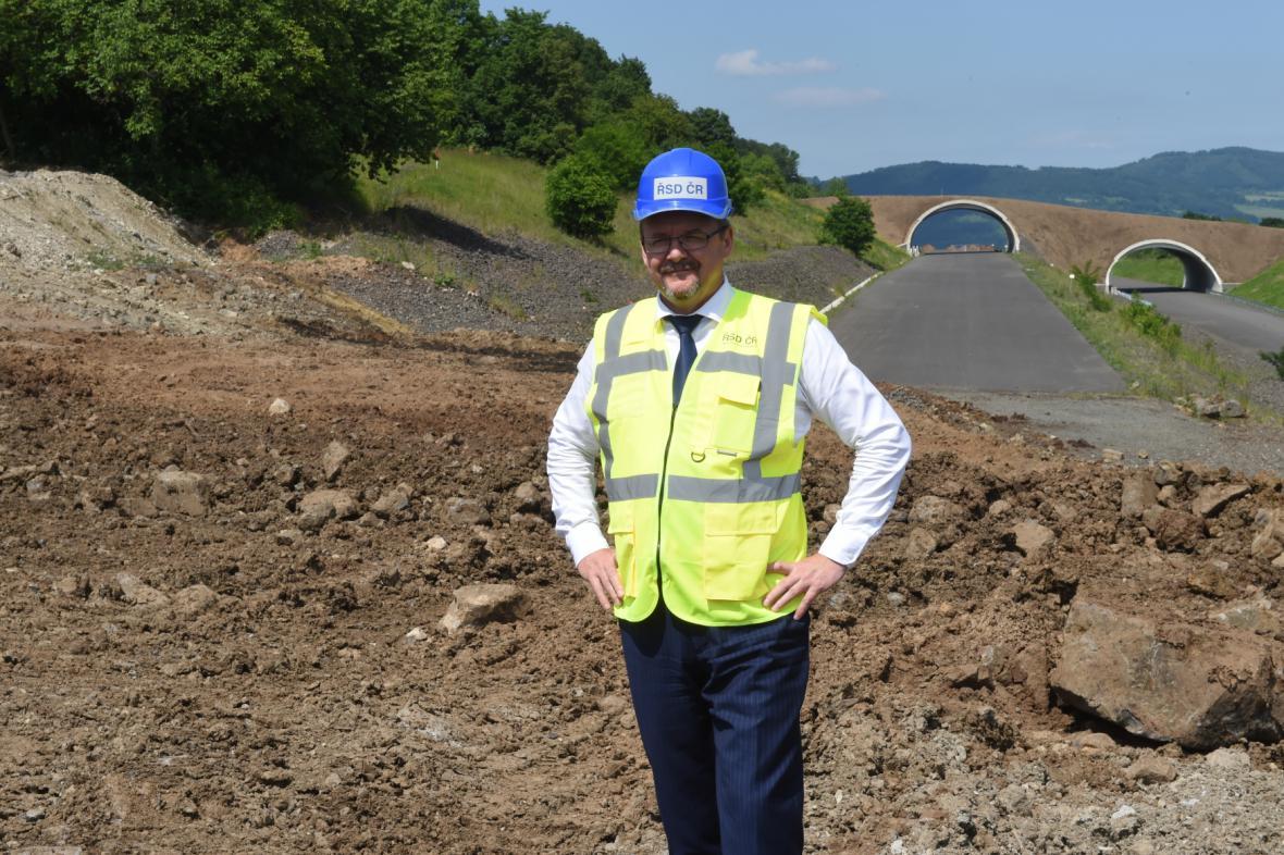 Ministr dopravy Dan Ťok na místě sesuvu na dálnici D8 u Dobkoviček (6. 6. 2016)