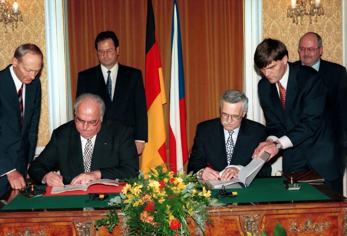 Podpis z rukou tehdejší šéfů vlád - Václava Klause a Helmuta Kohla