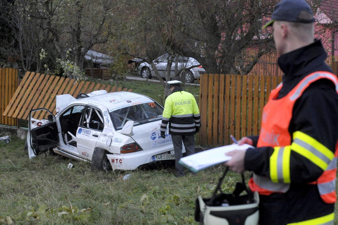 Při nehodě závodního vozu u Lopeníku zemřely čtyři dívky