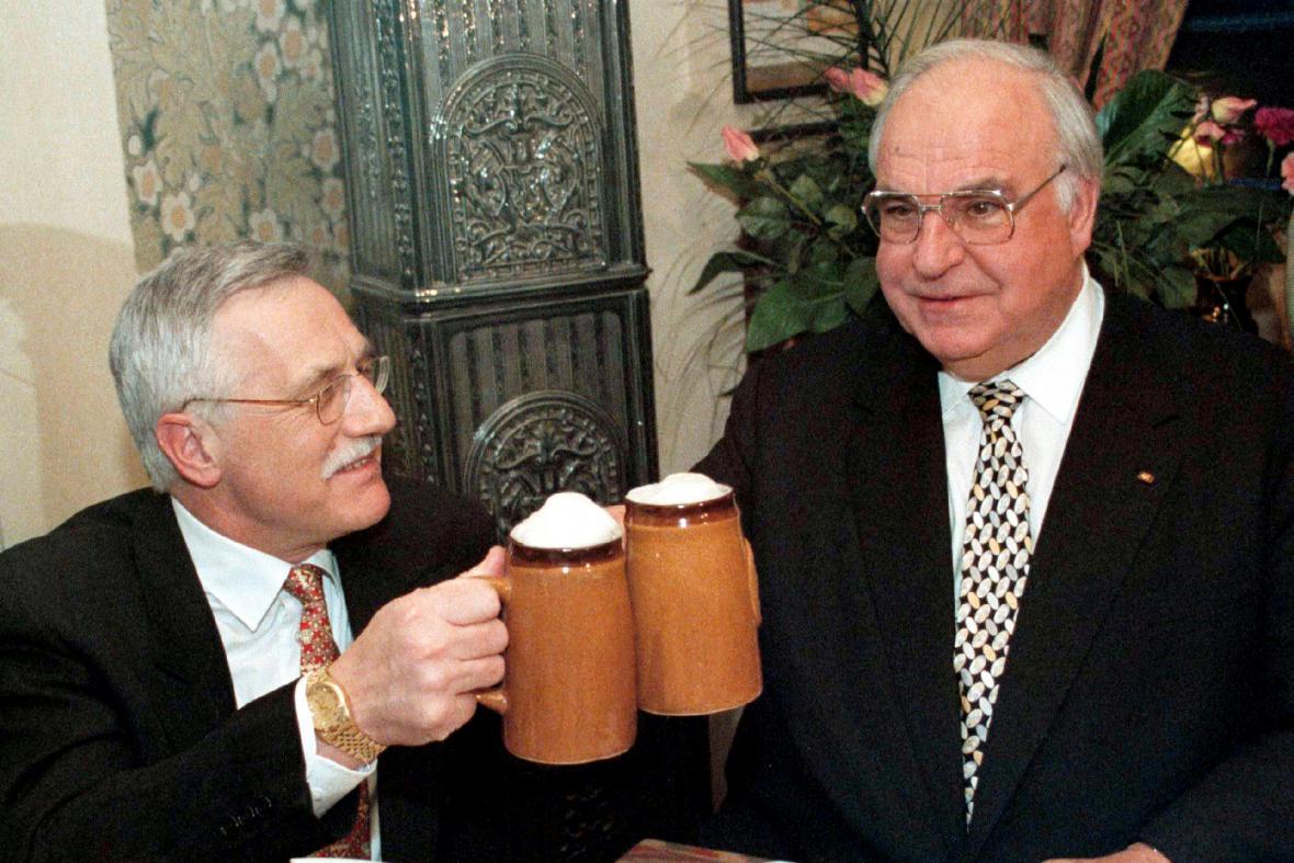 Václav Klaus a Helmut Kohl po podpisu Česko-německé deklarace v roce 1997