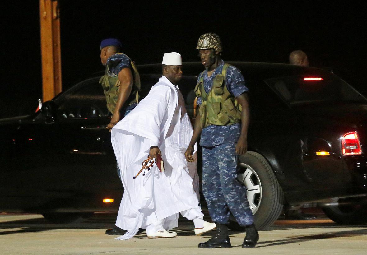 Yahya Jammeh na letišti v Banjulu před svým odletem ze země