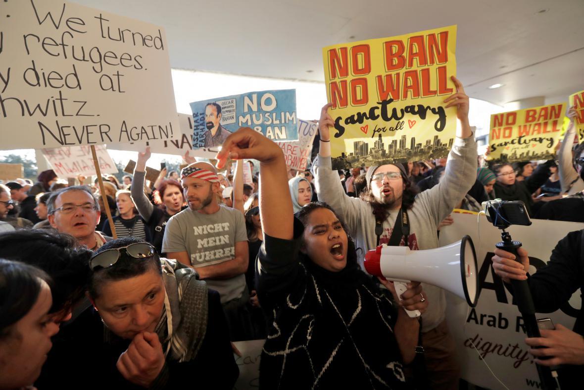 Protesty proti nové Trumpově imigrační politice na letišti v San Franciscu