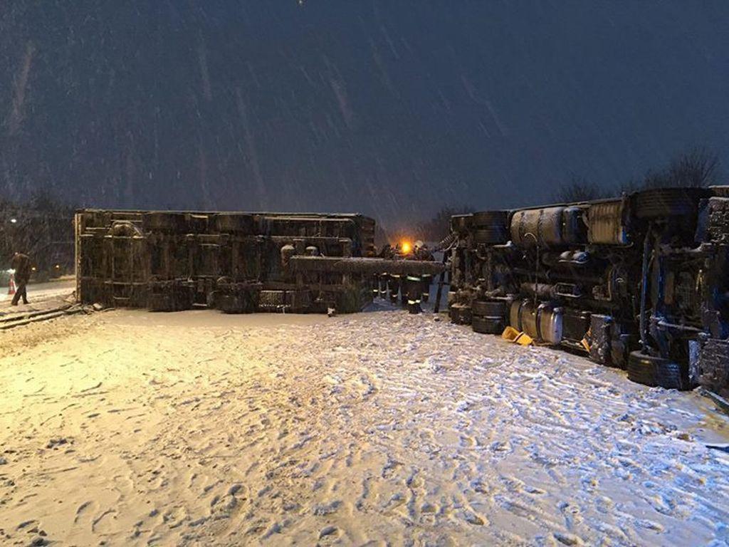 Převrácený kamion uzavřel dálnici D35 u Olomouce na 290. km ve směru na Ostravu