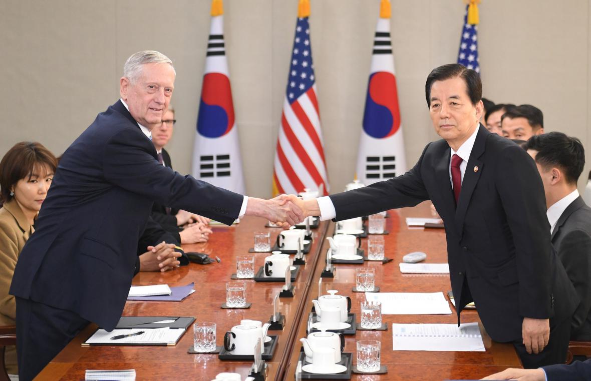 James Mattis při jednání Jižní Koreji