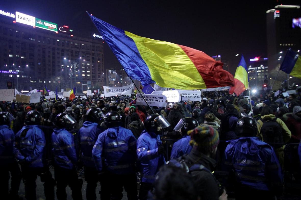 Masové protesty v Bukurešti proti vládnímu rušení trestů