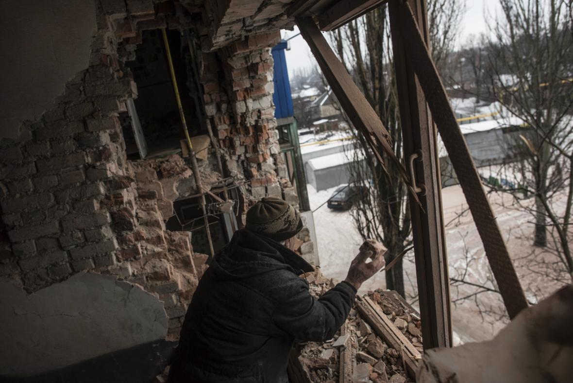 Obyvatel zničeného ukrajinského města Avdijivka