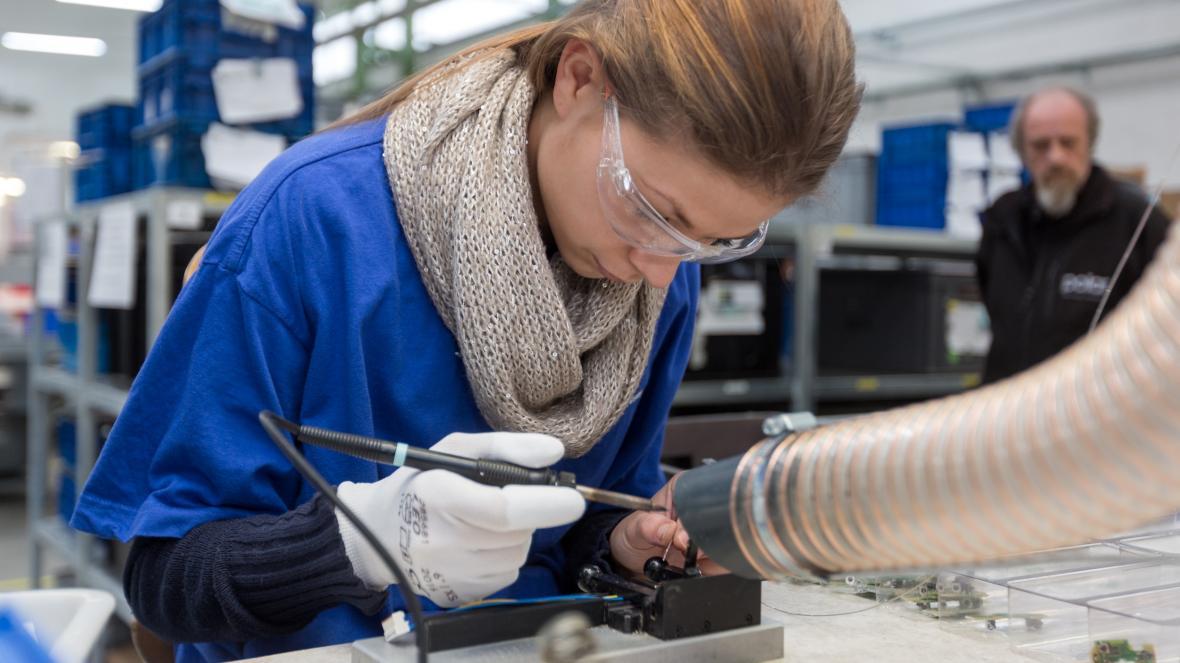 Provoz společnosti Hronovský, která vyrábí automobilové komponent