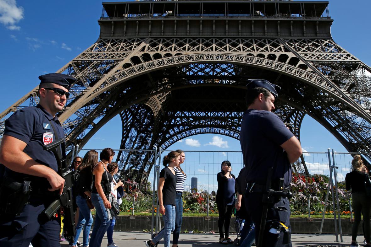 Policisté hlídkují u Eiffelovy věže