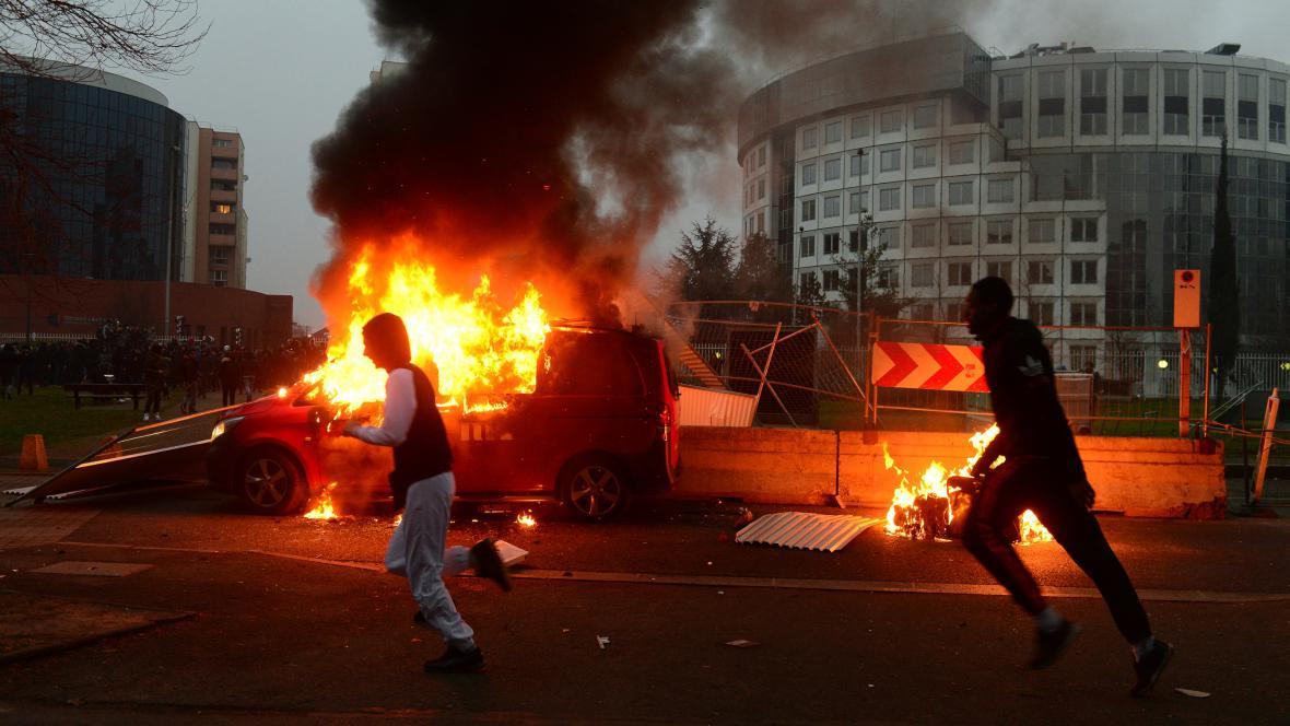 Násilné protesty na pařížském předměstí Bobigny