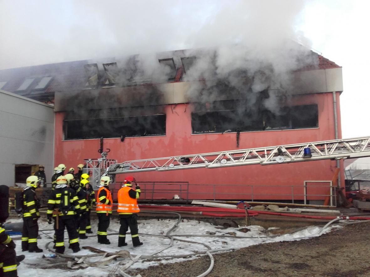 Požár lakovny ve Zvoli u Prahy