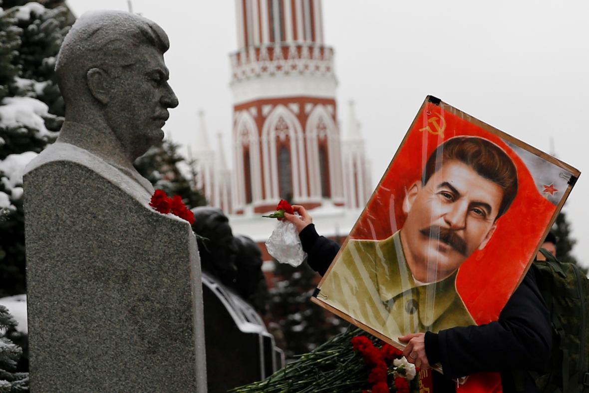 Stalinovi příznivci si v centru Moskvy každoročně v prosinci připomínají výročí jeho narození