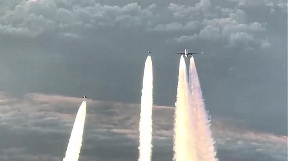 Boeing doprovázený dvojicí německých stíhaček