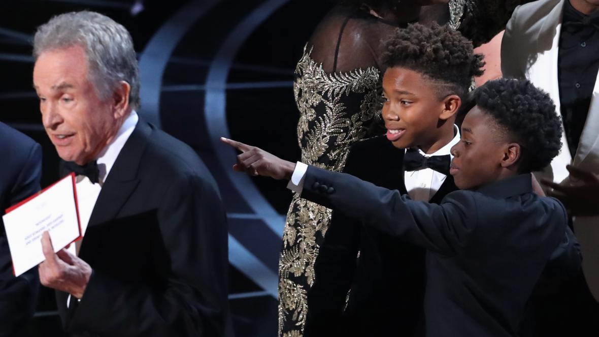 Warren Beatty (vlevo) při vyhlašování vítězů