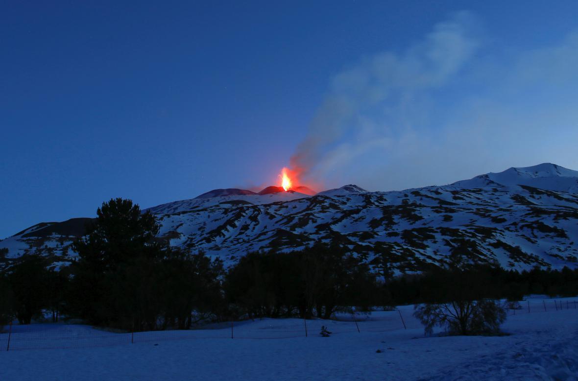 Nejmohutnější evropská sopka opět září do noci
