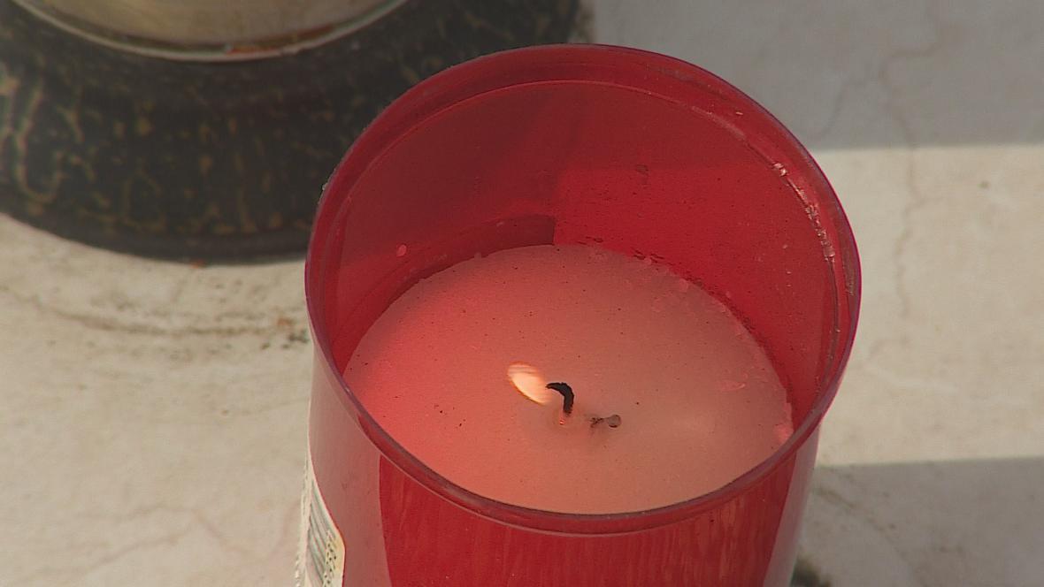 Muž na hřbitově nezapaloval jen svíčky, ale celou výzdobu hrobů